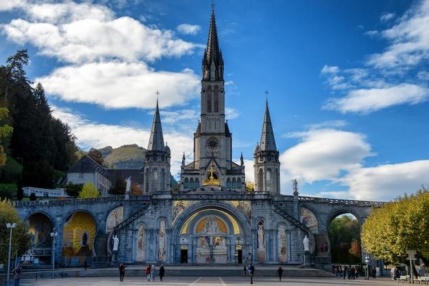 Widok na bazylikę lourdes jesienią, francja