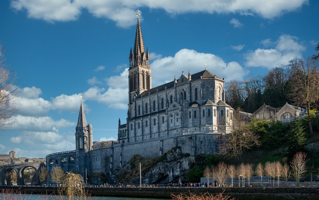 Widok na bazylikę lourdes we francji