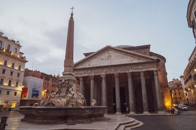 Widok na bazylikę panteon w centrum rzymu w godzinach porannych. włochy. podróżować.