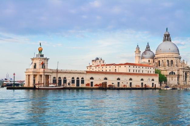Widok na bazylikę santa maria della salute dogana, stary dom celny, wenecja, włochy