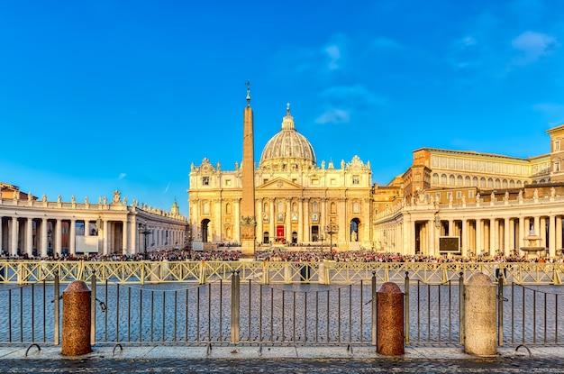 Widok na bazylikę świętego piotra i piazza san pietro w watykanie, rzym, włochy. słynny punkt orientacyjny romów.