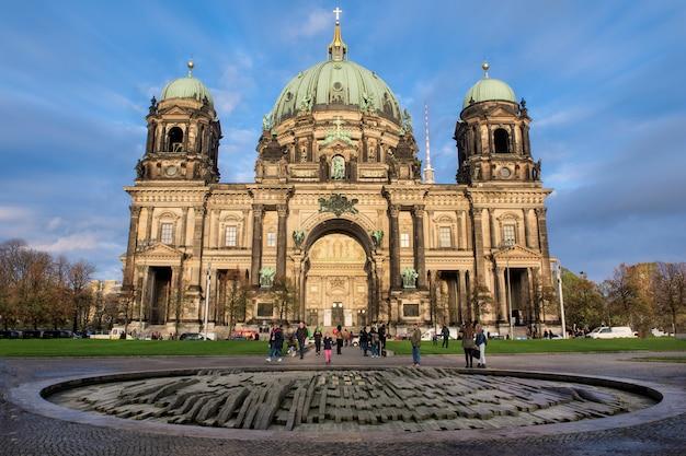 Widok na berlin dome na wyspie muzeów