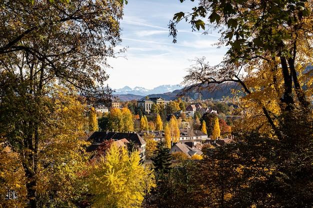 Widok na berno i alpy jesienią