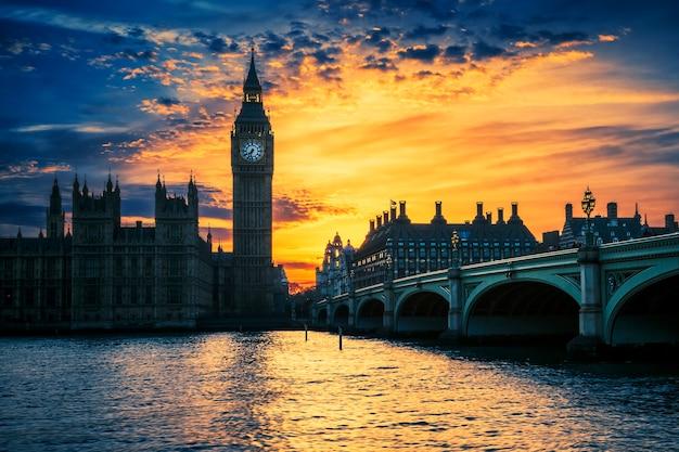 Widok na big bena i westminster bridge o zachodzie słońca, londyn, wielka brytania