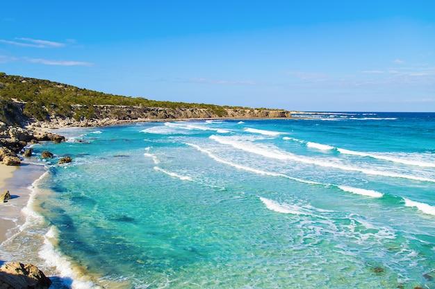 Widok na błękitną lagunę w pobliżu miasta polis, park narodowy półwyspu akamas, cypr.