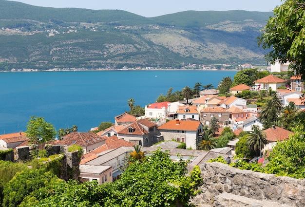 Widok na błękitne duże morze z ceglanymi budynkami