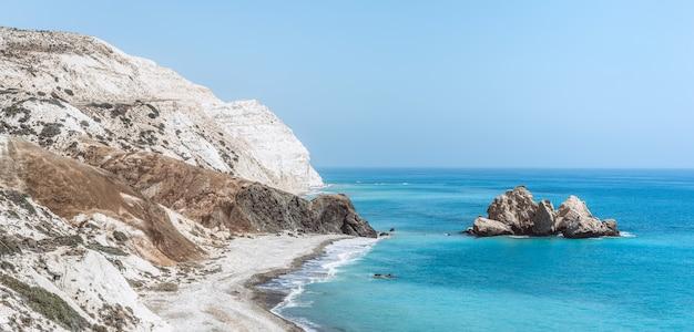 Widok na błękitne morze ze skałami i dzikimi plażami.