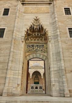 Widok na błękitny meczet przez otwartą bramę, stambuł, turcja.