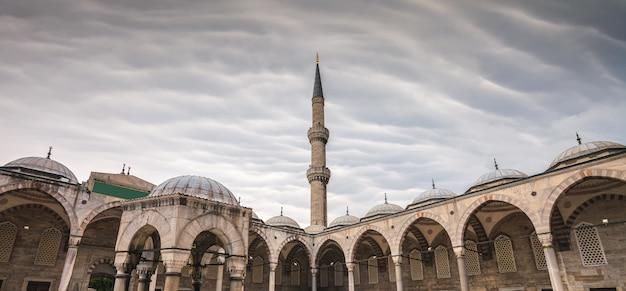 Widok na błękitny meczet sultan ahmet cami w stambule