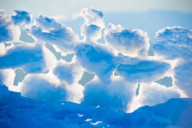 Widok na bloki lodu o zachodzie słońca w zimie