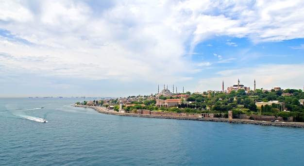 Widok na bosfor, stambuł, statki i łodzie towarowe, turcja