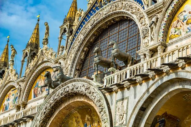 Widok na brązowe konie świętego marka na szczycie bazyliki świętego marka w wenecji, włochy