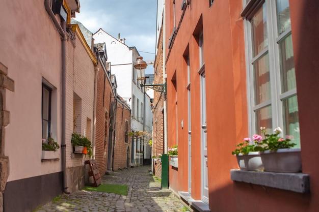 Widok na brukowane uliczki. bruksela jest stolicą belgii i de facto stolicą unii europejskiej.