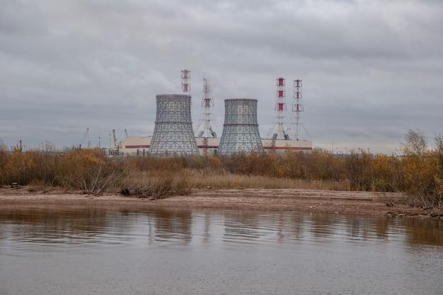 Widok na budynek elektrociepłowni nad jeziorem