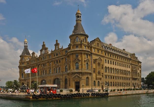 Widok na budynek kolei tureckich w stambule