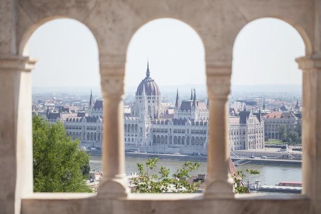 Widok na budynek parlamentu. historyczne centrum turystyki. węgry. budapeszt