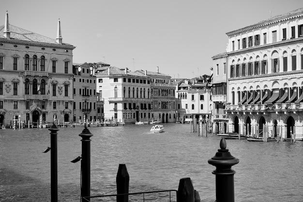 Widok na canal grande w wenecji, włochy. fotografia czarno-biała