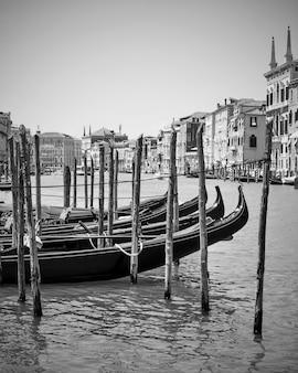 Widok na canal grande z zacumowanymi gondolami w wenecji, włochy. fotografia czarno-biała