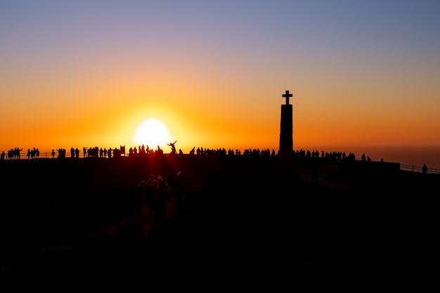 Widok na cape roca (cabo da roca), najbardziej wysunięty na zachód punkt europy o zachodzie słońca (zdjęcie sylwetki). sintra, portugalia