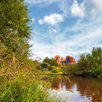 Widok na cathedral rock w sedona w stanie arizona.