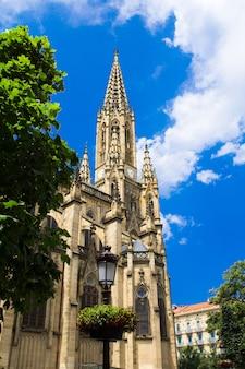 Widok na centralną katedrę w słoneczny dzień