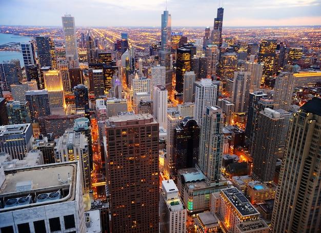 Widok na centrum chicago o zmierzchu z wysokości powyżej