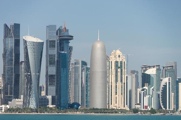 Widok na centrum miasta z drapaczami chmur z drugiej strony morza w doha w katarze.