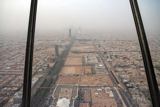 Widok na centrum miasta z mostu sky w kingdom centre, burj al-mamlaka w rijadzie, arabia saudyjska