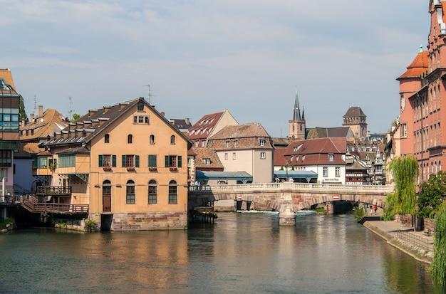 Widok na centrum strasburga. francja