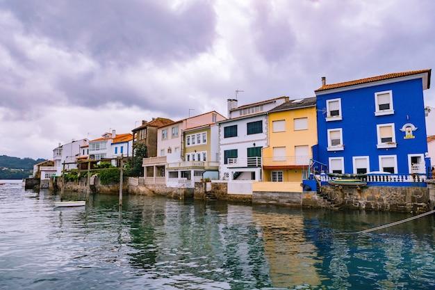 Widok na charakterystyczne kolorowe domy z widokiem na morze w północnej wiosce