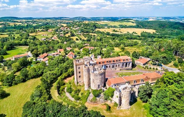Widok na chateau de chazeron, zamek w departamencie puy-de-dome we francji