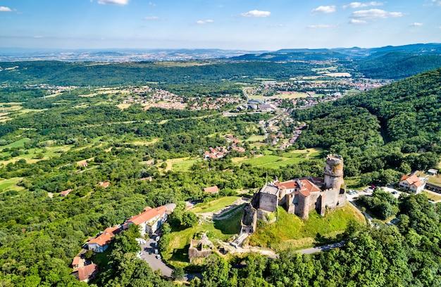 Widok na chateau de tournoel, średniowieczny zamek w departamencie puy-de-dome we francji