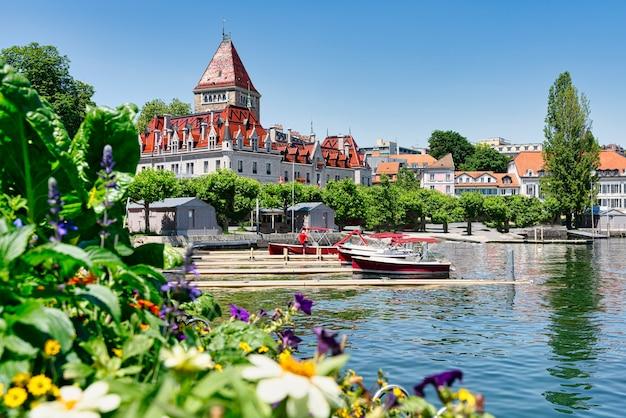 Widok na chateaux d'ouchy nad jeziorem leman w lozannie, szwajcaria