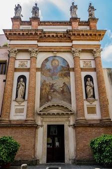 Widok na chiesa di san canziano w padwie we włoszech