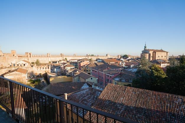 Widok na cittadella, średniowieczne miasto otoczone murami we włoszech