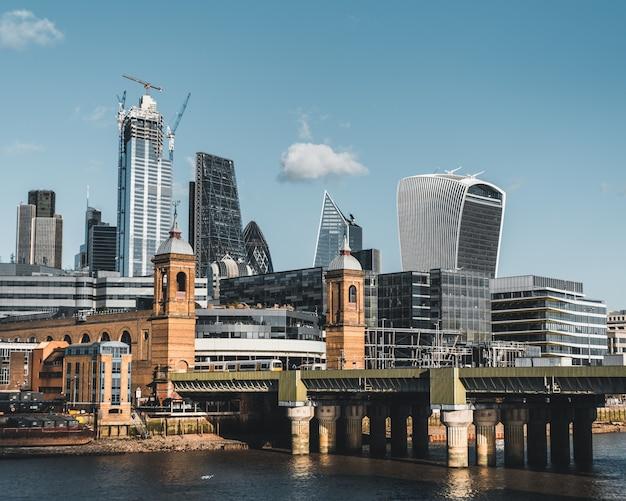 Widok na city of london w słoneczny, pogodny dzień
