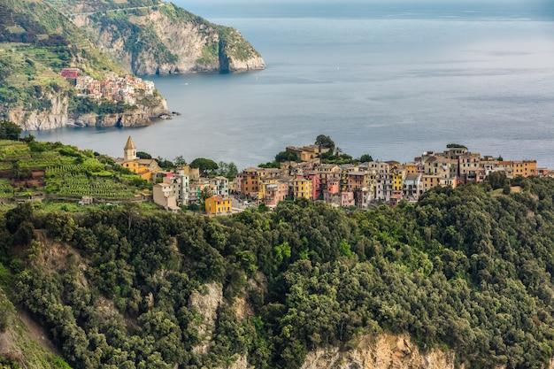 Widok na corniglia i manarola, kolorowe wioski cinque terre we włoszech.