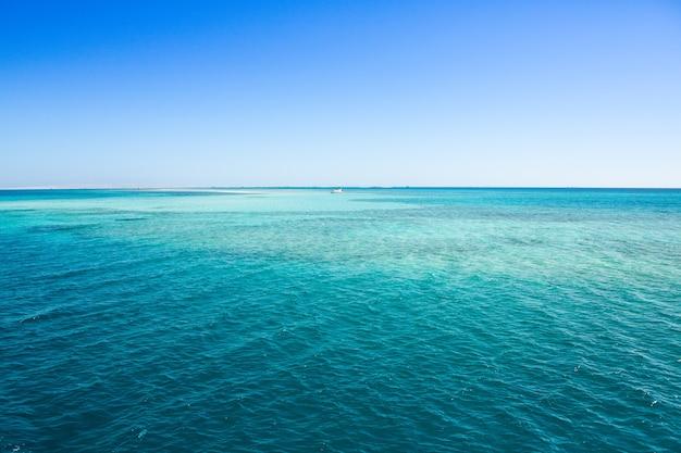 Widok na czyste i przejrzyste morze czerwone w egipcie
