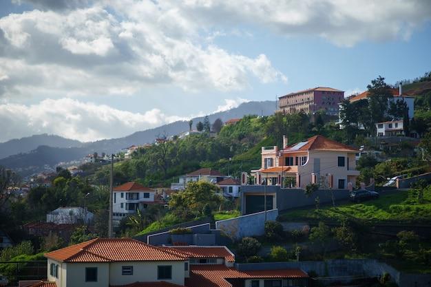 Widok na dachy funchal, madery z wyciągu krzesełkowego na wzgórze za miastem.