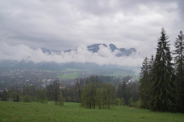 Widok na dal miejscowości zakopane na tatry, zakopane, polska