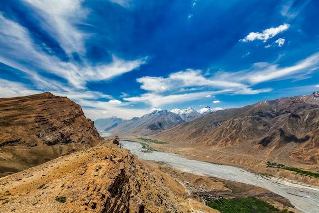 Widok na dolinę spiti i rzekę spiti w himalajach w zachodnim tybecie. dolina spiti, himachal pradesh, indie