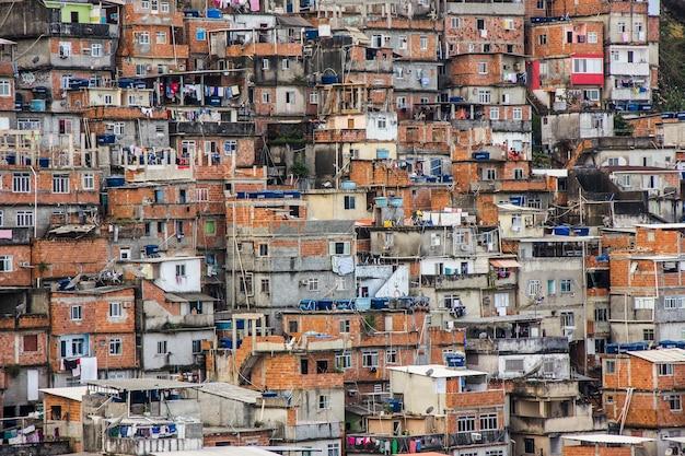 Widok na domy slumsów cantagalo w ipanema w rio de janeiro.