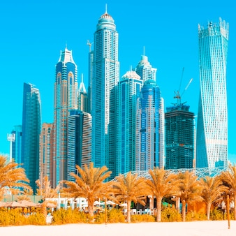 Widok na drapacze chmur i plażę jumeirah w dubaju. zea