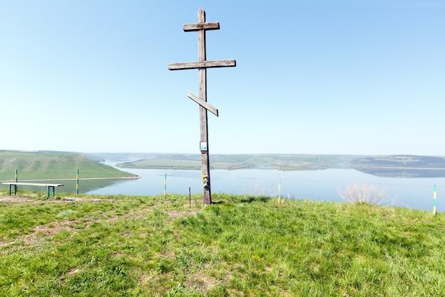 Widok na drewniany krzyż i poranną mgiełkę bakoty (obwód chmielnicki, ukraina)
