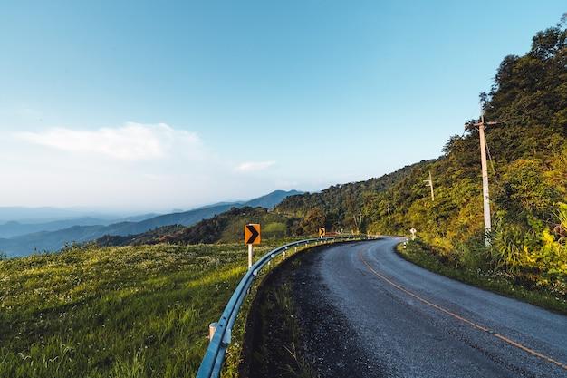 Widok na drogę i góry podczas jazdy motocyklem wieczór