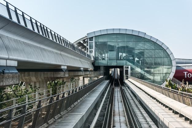 Widok na drogę metra w centrum dubaju. zjednoczone emiraty arabskie w grudniu