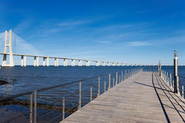Widok na duży most vasco da gama w lizbonie