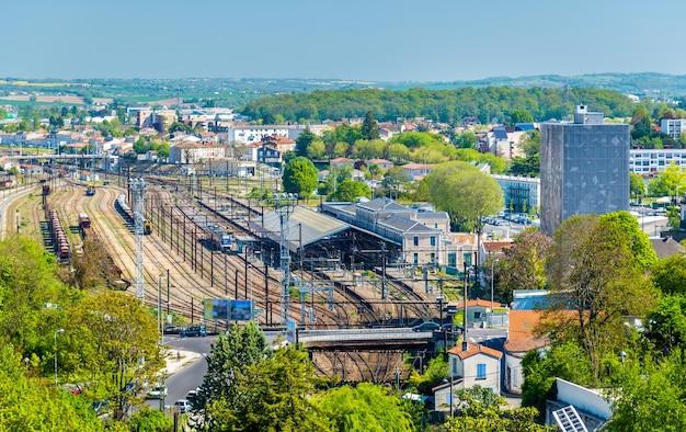 Widok na dworzec kolejowy w angouleme, departament charente we francji
