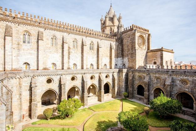 Widok na dziedziniec starej katedry w mieście evora w portugalii