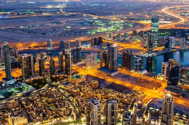 Widok na dzielnicę business bay z burj khalifa - dubaj